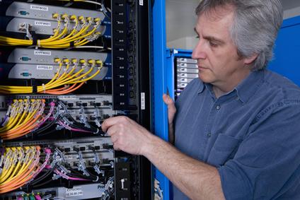 <strong>Ein Netzwerktechniker hilft dabei lokale Netzwerke zu planen, organisieren und zu betreuen.</strong><br/>© flairimages - Fotolia.com